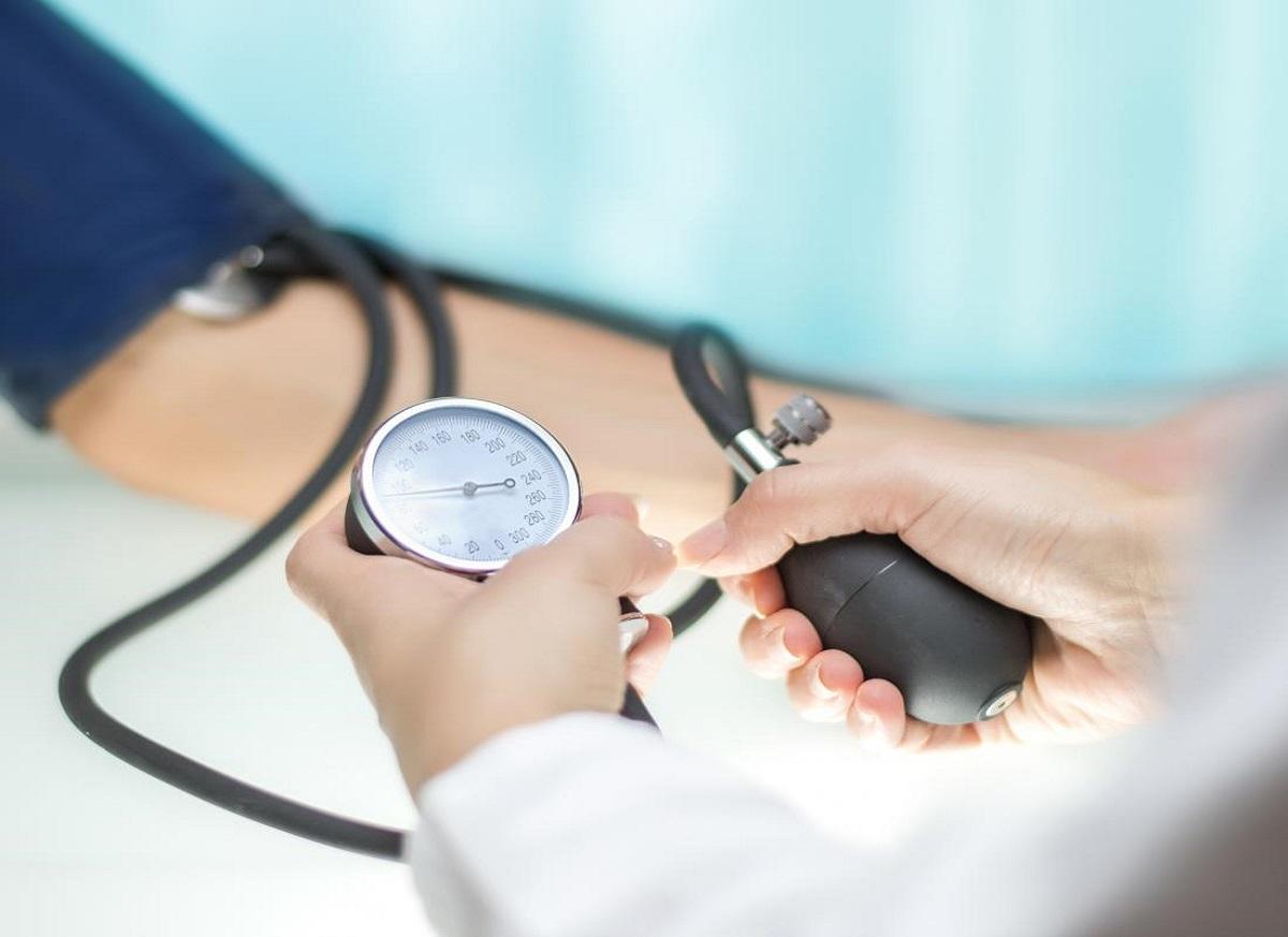 doctor-measuring-blood-pressure